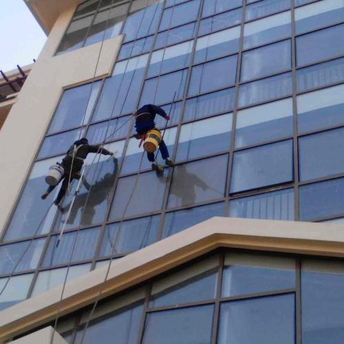 东莞的高空外墙玻璃保洁的费用